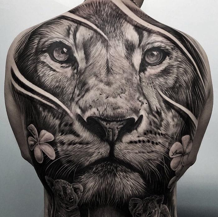 León espalda